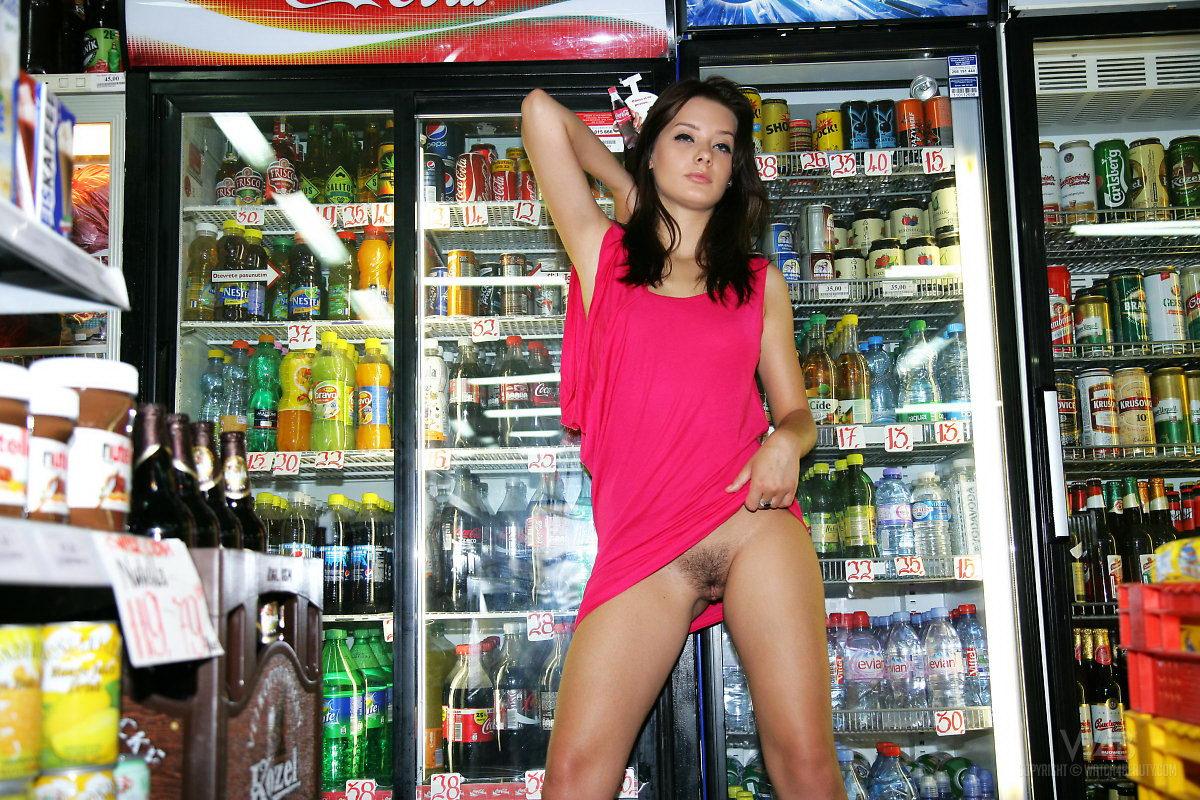 Голые девушки в магазине нижнего белья